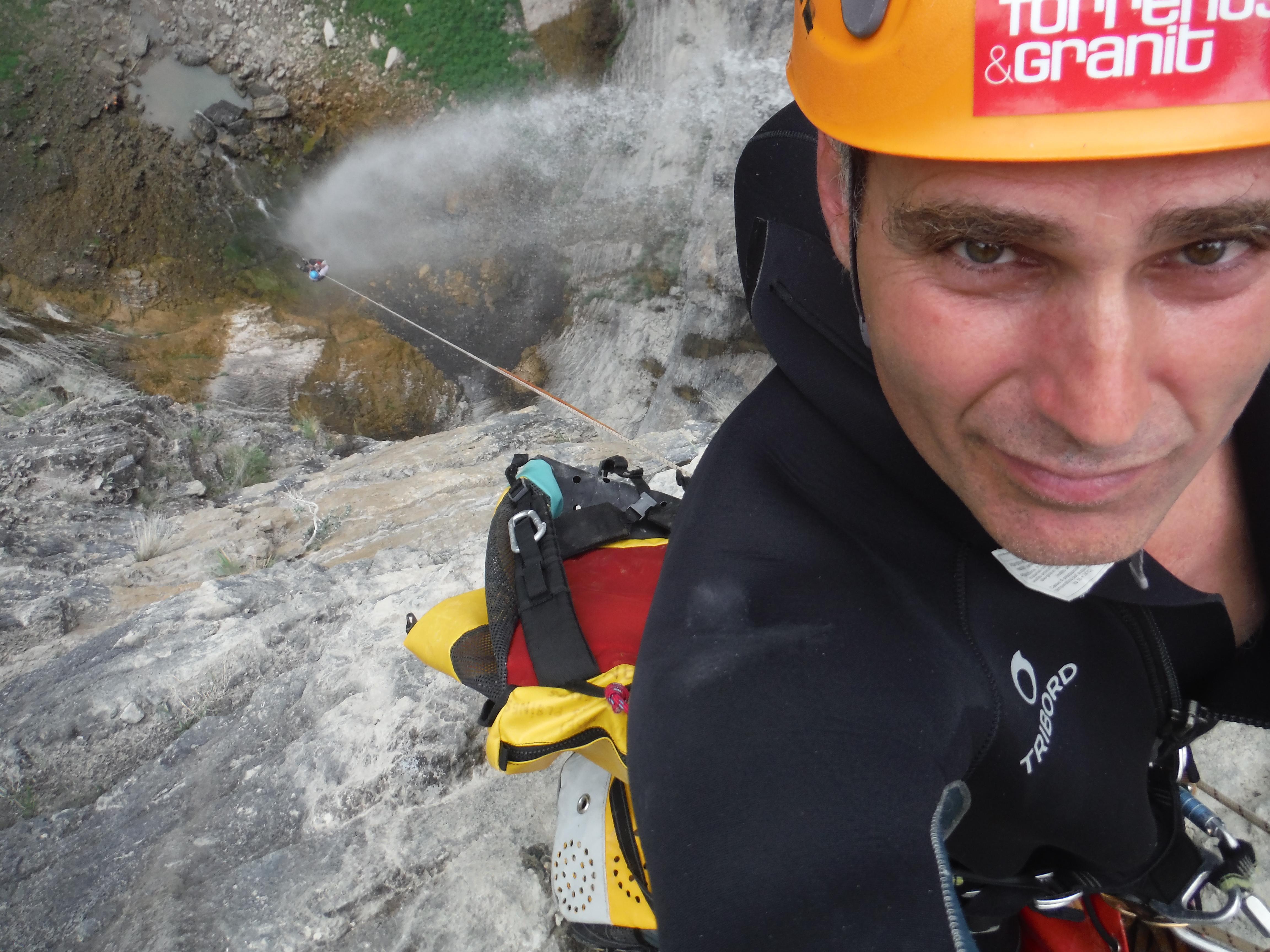 Sommet de la cascade de Craopnoze , mon clien est encore sur la corde .. si si regardez bien